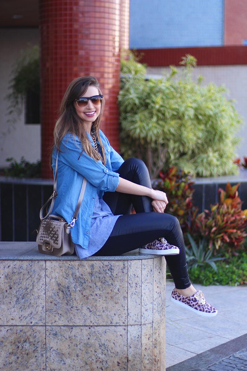 7-look básico com camisa jeans e tenis jana taffarel