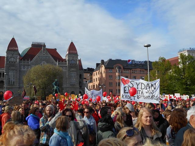 Mielenosoitus varhaiskasvatuksen leikkauspolitiikkaa vastaan keskiviikkona 10.6.2015 Helsingissä - 2