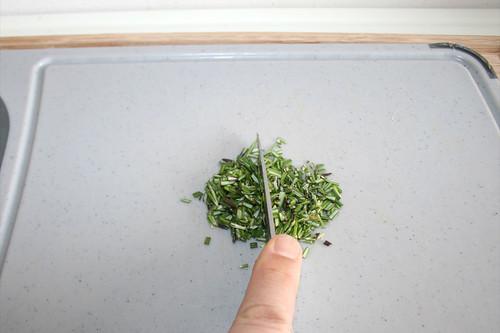 33 - Rosmarin zerkleinern / Mince rosemary