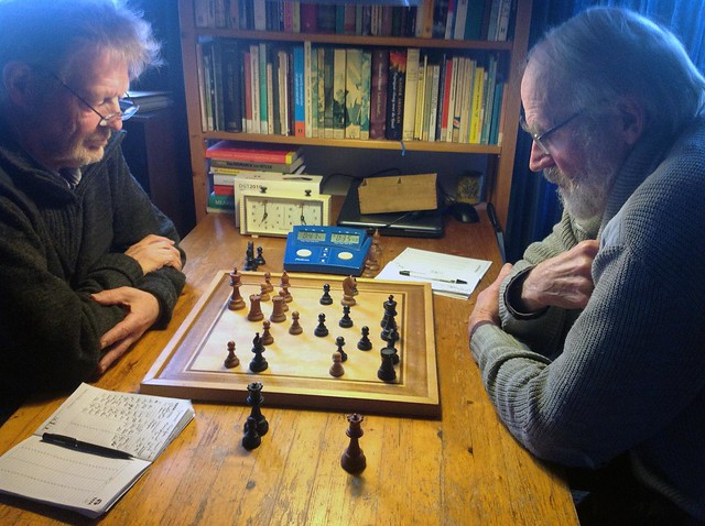 Henk en Han schaken thuis