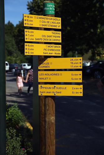 Le poteau indicateur des randonneurs sur la place de la - Office de tourisme saint jean du gard ...