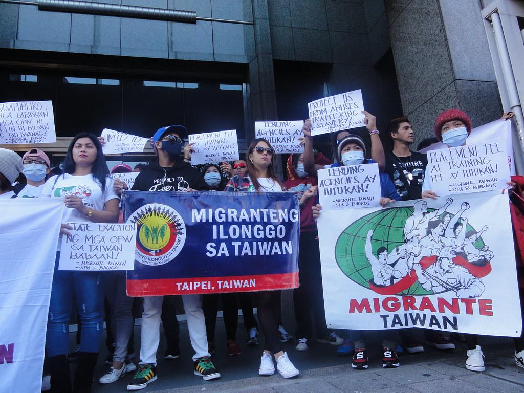 數十名移工在馬尼拉經濟文化辦事處前抗議。(攝影:張智琦)