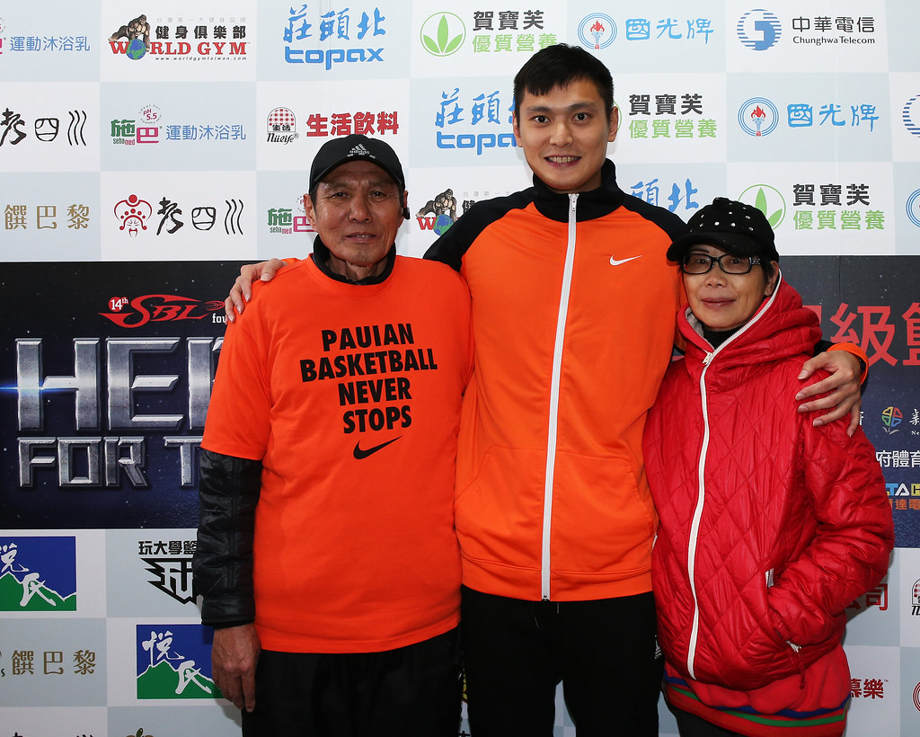 璞園陳子威(圖中)和父母親。(籃協提供)