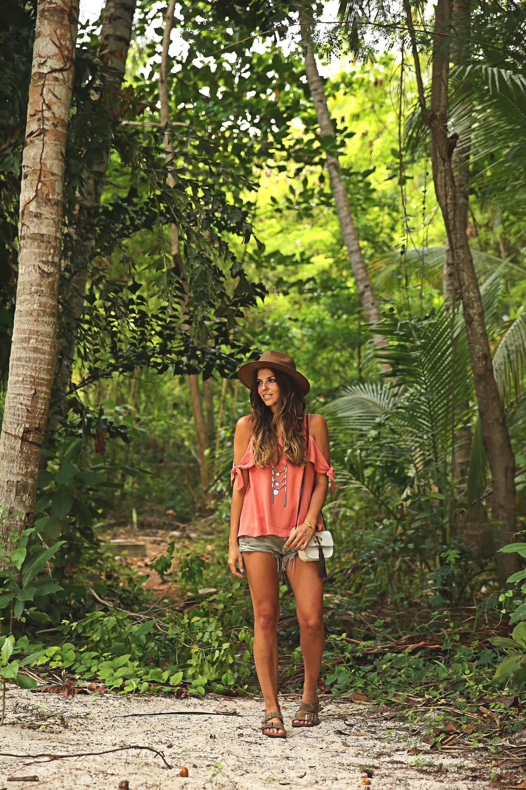 trendy-taste-look-outfit-street-style-ootd-blog-blogger-fashion-spain-moda-españa-boho-hippie-verano-birkenstock-bavaro-barcelo-khaki-caqui-shorts-sombrero-top-11
