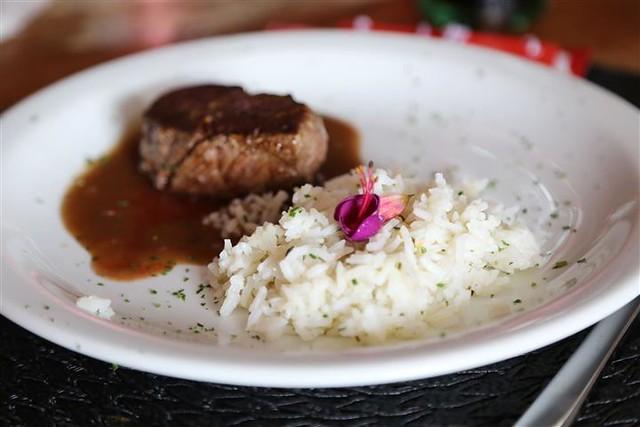 Filé grelhado ao molho de redução de coca-cola e rum, acompanhando de arroz de limão siciliano.