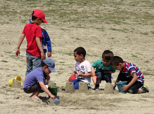 Cap Hornu: kids building sandcastles on the beach