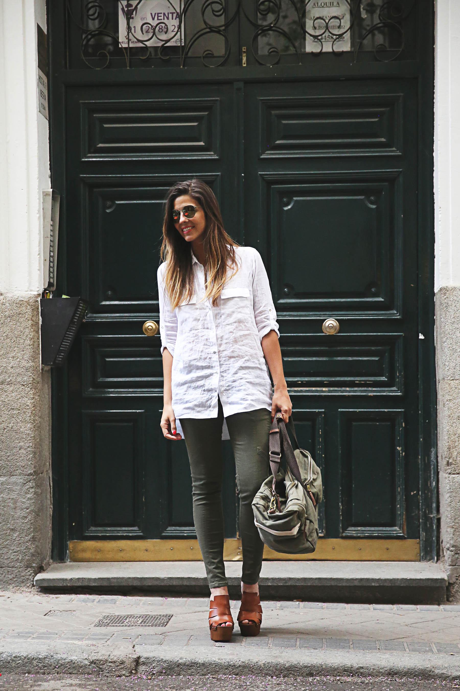 trendy-taste-look-outfit-street-style-steve-madden-ootd-blog-blogger-fashion-spain-moda-españa-safari-traveling-viaje-bolsa-bag-khaki-caqui-pants-sandalias-zuecos-11