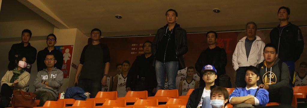 裕隆董事長嚴凱泰(中)到場觀戰。(籃協提供)