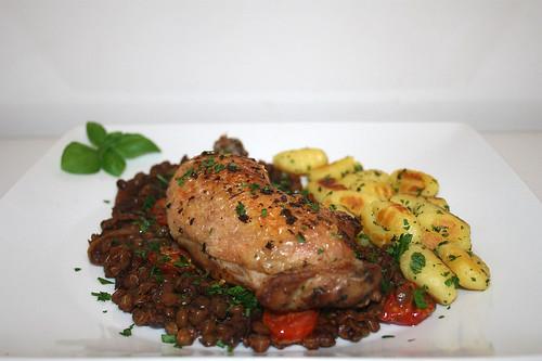 55 - Chicken legs on red wine lentils - Side view / Hähnchenkeulen auf Rotweinlinsen - Seitenansicht