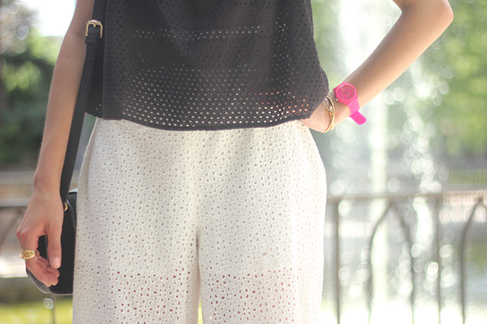 White Palazzo Pants With Black Top Summer Outfit07
