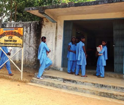 सुदूर इलाकों के विद्यार्थी दंतेवाड़ा के रोंझे गाँव स्थित मध्य विद्यालय में पढ़ने आते हैं।