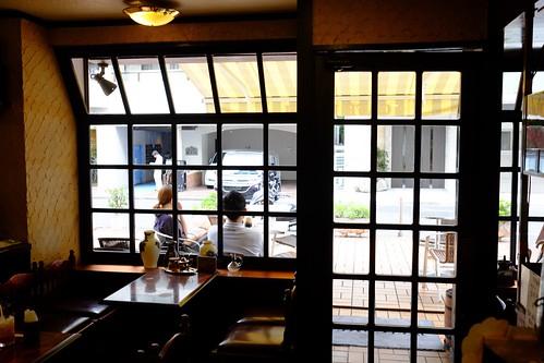 カフェ・カルディ(横浜・綱島の喫茶店):店内からテラス席を望む