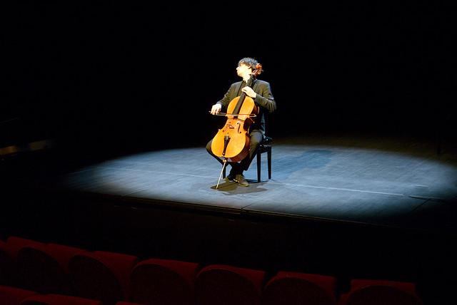 Jérémie Billet découvre l'acoustique du théâtre Boris-Vian