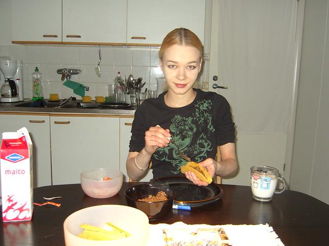 Finlandesa comiendo con leche