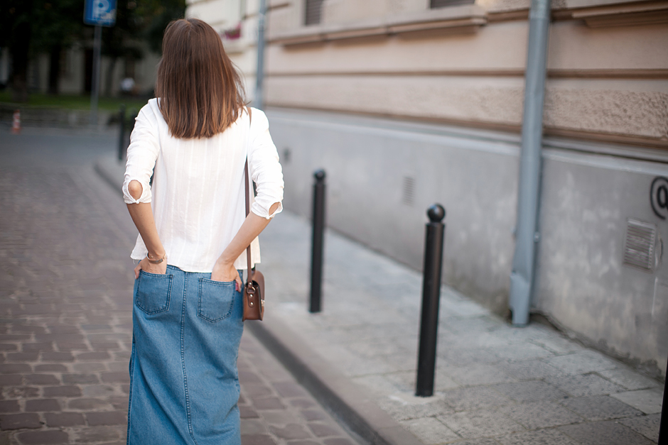 long-denim-skirt-outfit-70s-street-style