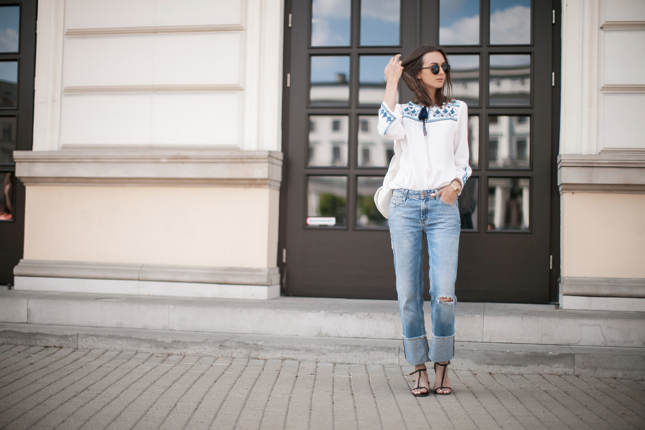 embroiderd-shirt-flared-jeans-outfit-streetstyle-boho-chic