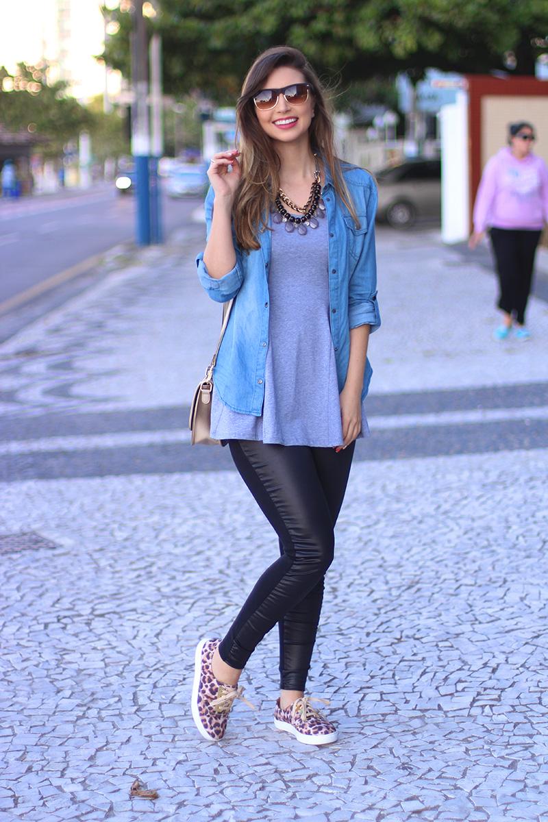 2-look básico com camisa jeans e tenis jana taffarel