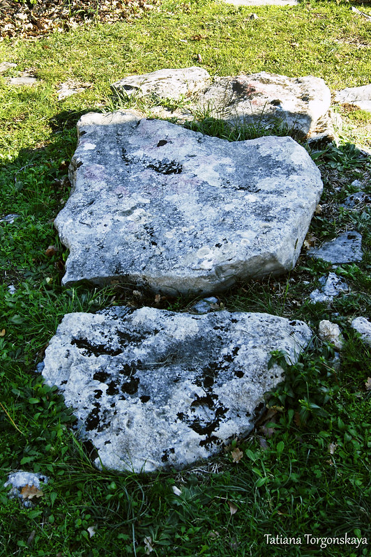 Старая надгробная плита