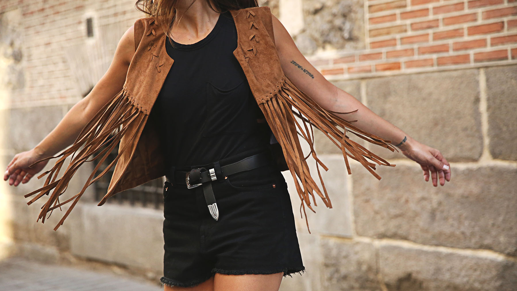 trendy-taste-look-outfit-street-style-ootd-blog-blogger-fashion-spain-moda-españa-chaleco-flecos-fringed-vest-balenciaga-mustt-botines-camperos-shorts-negros-dior-sunnies-gafas-4