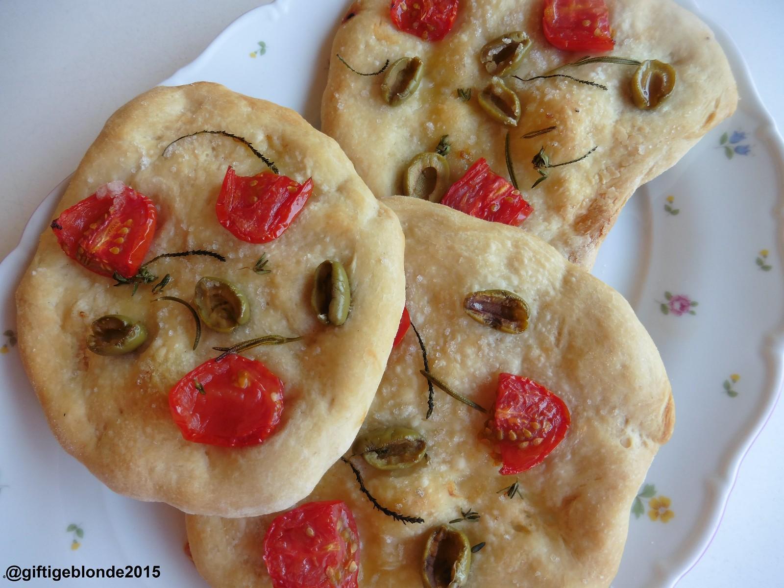 Focaccia mit Paradeisern, Oliven und Kräutern