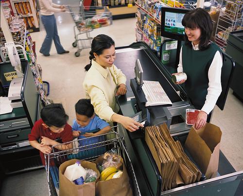 Una señora haciendo compras usando sus beneficios de SNAP