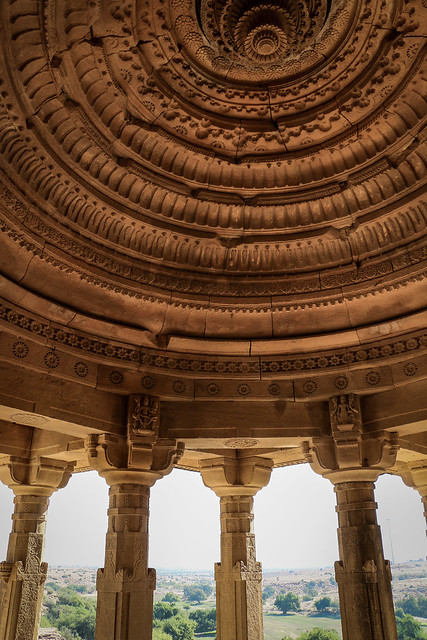 Dome ceiling of a royal cenotaph in Bada Bagh, Jaisalmer, India ジャイサルメール バダ・バーグのドーム天井