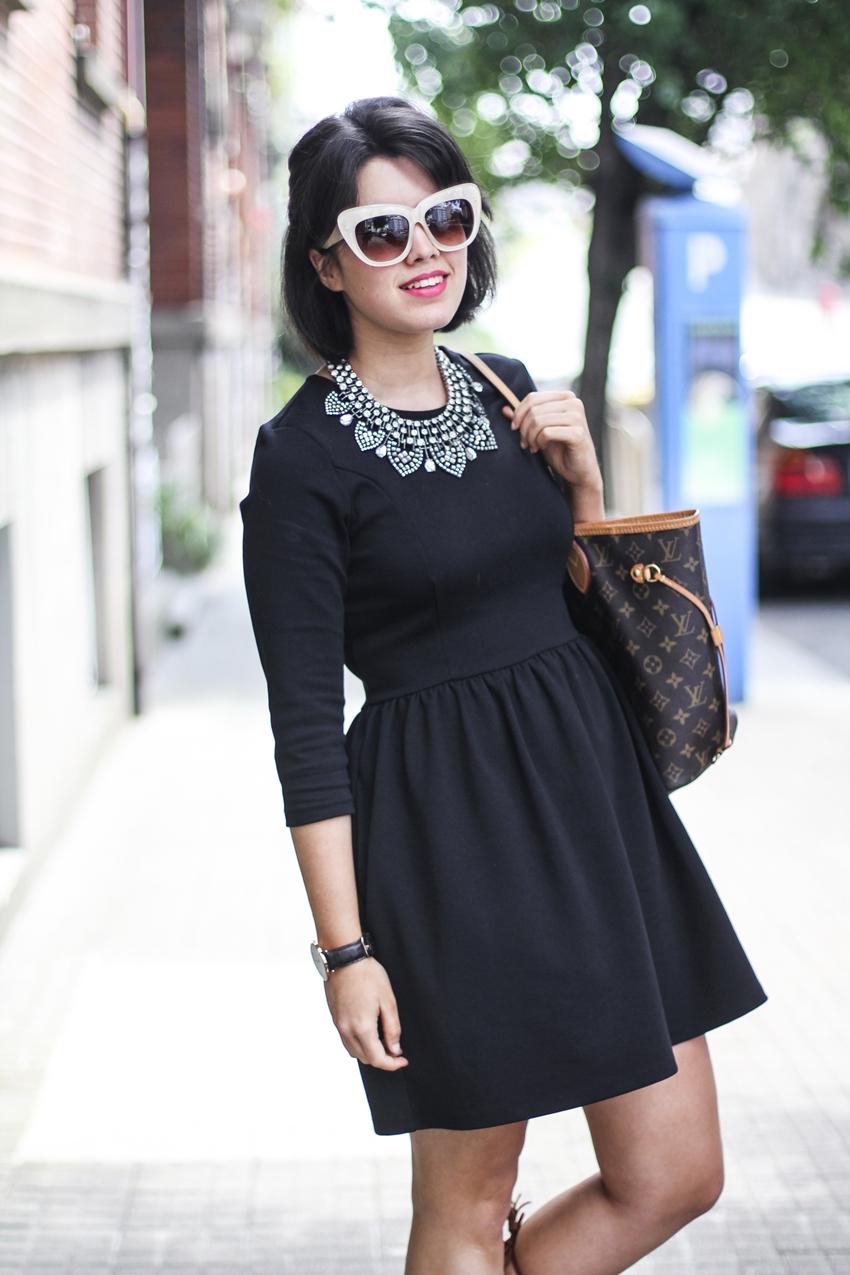 combinar vestido negro en verano con sandalias gladiadoras