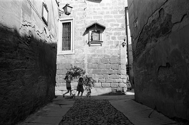 Niños en la esquina de la Bajada del Barco con Cardenal Cisneros bajo la Virgen del Tiro en el Domingo de Ramos de 1966 © Paco Gómez/Fundació Foto Colectania