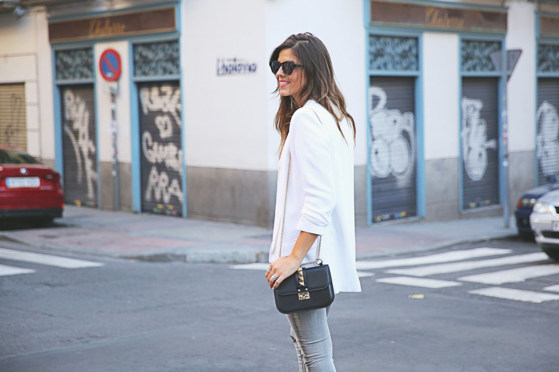trendy-taste-look-outfit-street-style-ootd-blog-blogger-fashion-spain-moda-españa-SS15-verano2015-tendencias-trends-zara-buylevard-valentino-jessica-simpson-skinny-jeans-grey-white-blazer-americana-blanca-vaqueros-pitillo-sandalias-sandals-etnicas-9