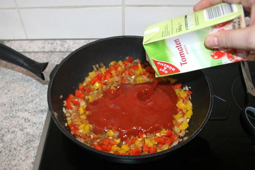 28 - Mit passierten Tomaten ablöschen / Deglaze with tomatoes