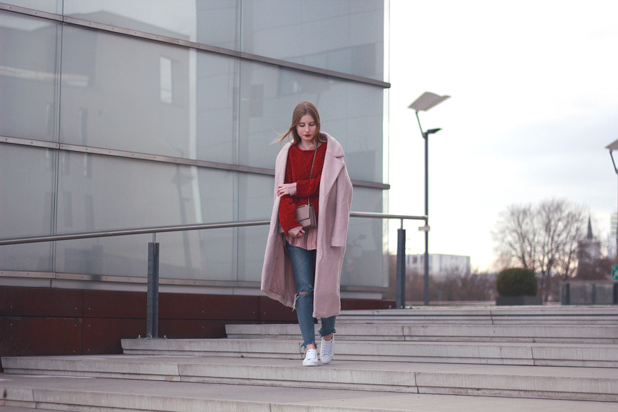 outfit valentinstags look roter pullover rosa bluse und mantel zara jeans pull and bear sneaker umhänge tasche rosé