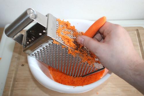 13 - Möhren fein reiben / Grate carrots