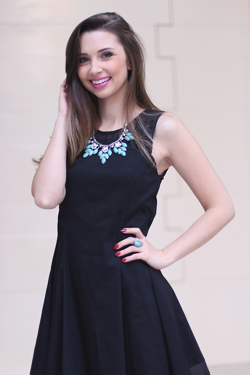 6-vestido preto com colar turquesa look do dia jana taffarel