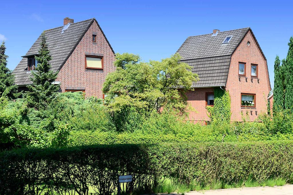 By 1384 Einzelhäuser Mit Vorgarten   Schmales Ziegelgebäude / Wohnhäuser  Mit Satteldach + Mansardach. | By