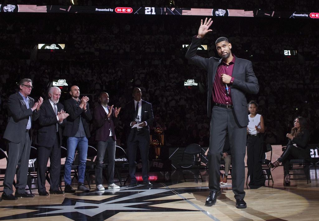 Tim Duncan在賽後背號退休儀式上致詞。(達志影像)