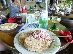 Wurstsalat und Wein