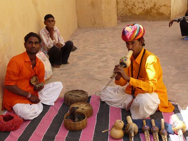 Encantador de serpientes en el Fuerte de Amber (Jaipur)