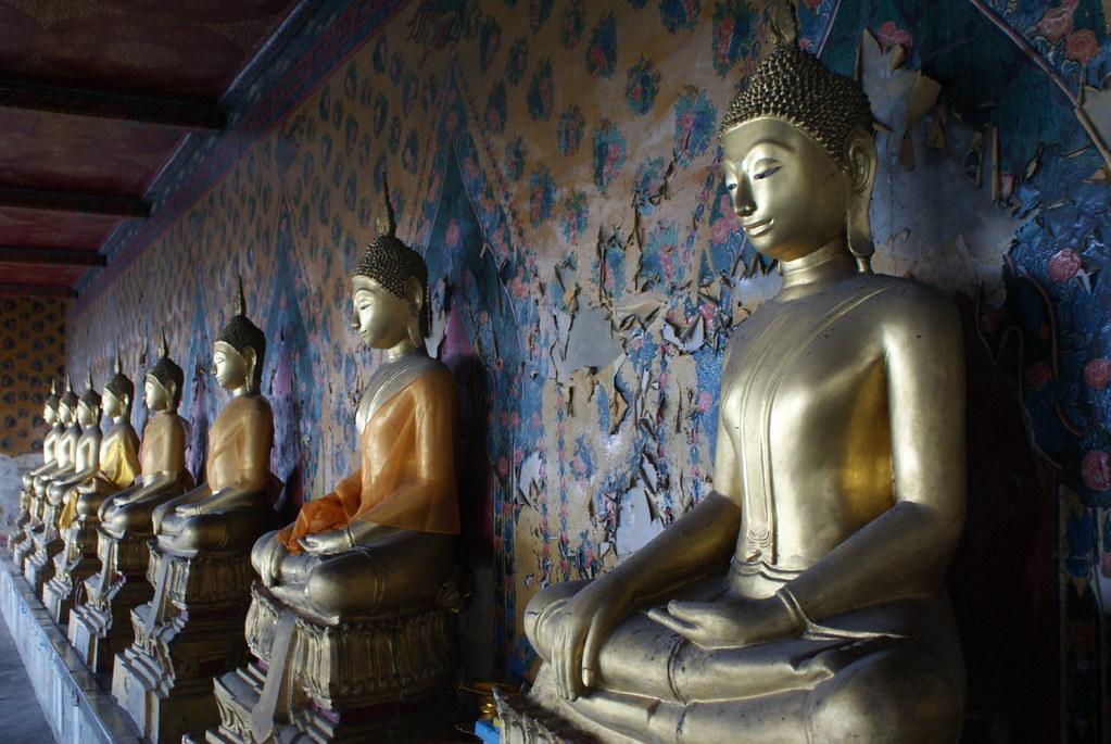 Déambulatoire (?) entouré de statues de Bouddhas au temple Wat Arun de Bangkok.