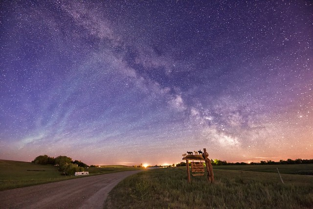 Airglow patterns and the Milky Way