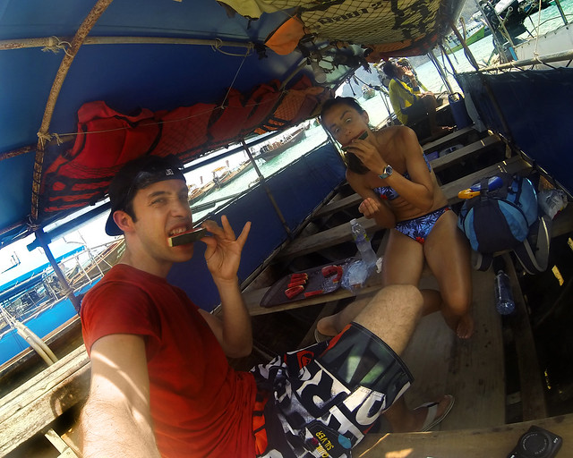 Comiendo sandía en el longtail que nos llevó a las islas phi phi en Tailandia