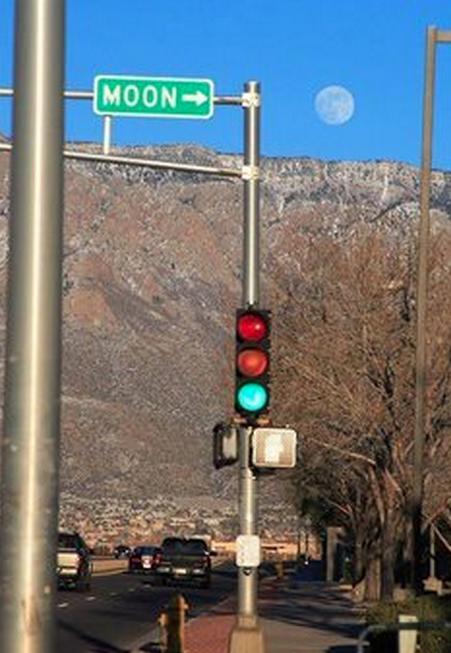 foto graciosa de señal apuntando a la Luna