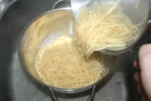 19 - Nudeln abgießen / Drain noodles