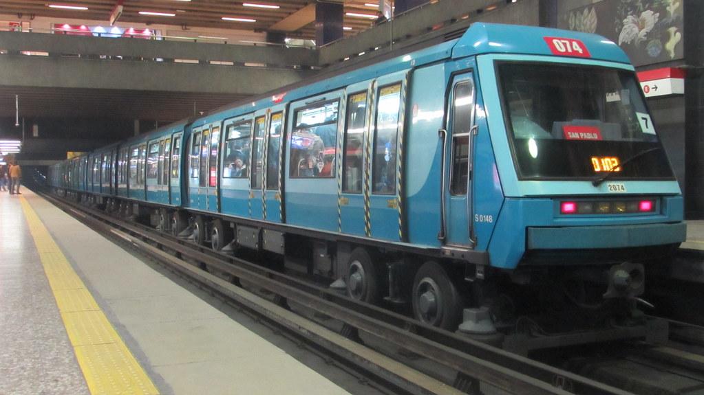 Universidad de chile metro de santiago tren n2074 for Mural metro u de chile