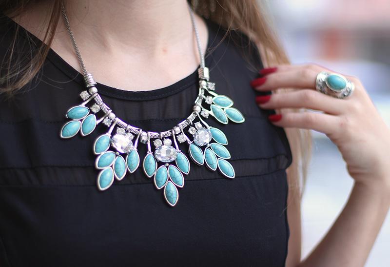 7-vestido preto com colar turquesa look do dia jana taffarel