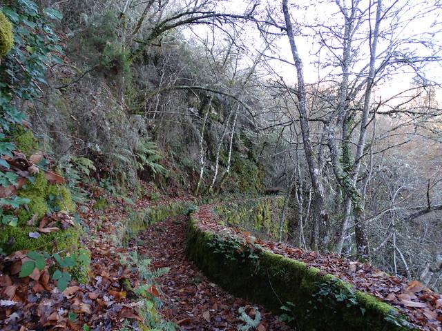 Canal de agua viejo en Parada de Sil