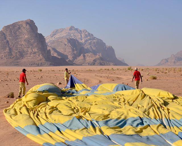 Extendiendo las velas del globo en el que volamos por Wadi Rum