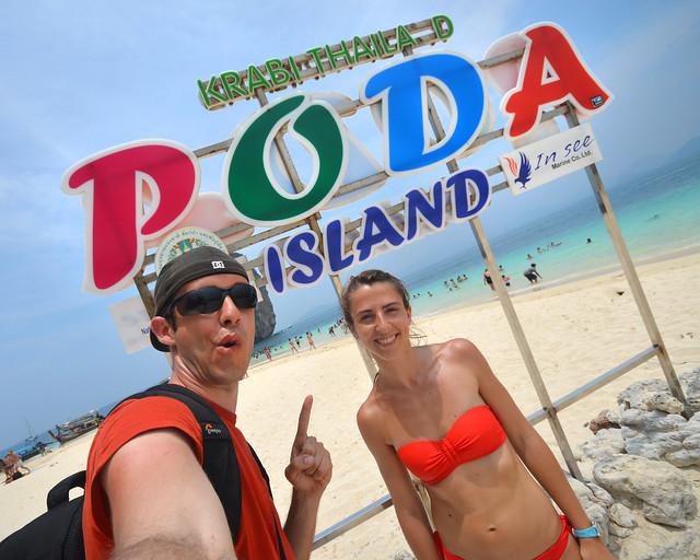Frente al cartel de Poda, una de las playas icónicas de Tailandia