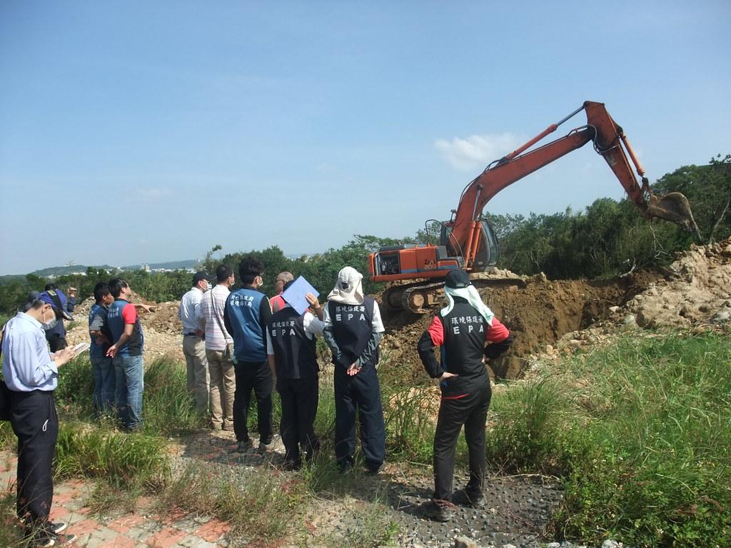 本署會同環保局現場監督挖土機開挖情形