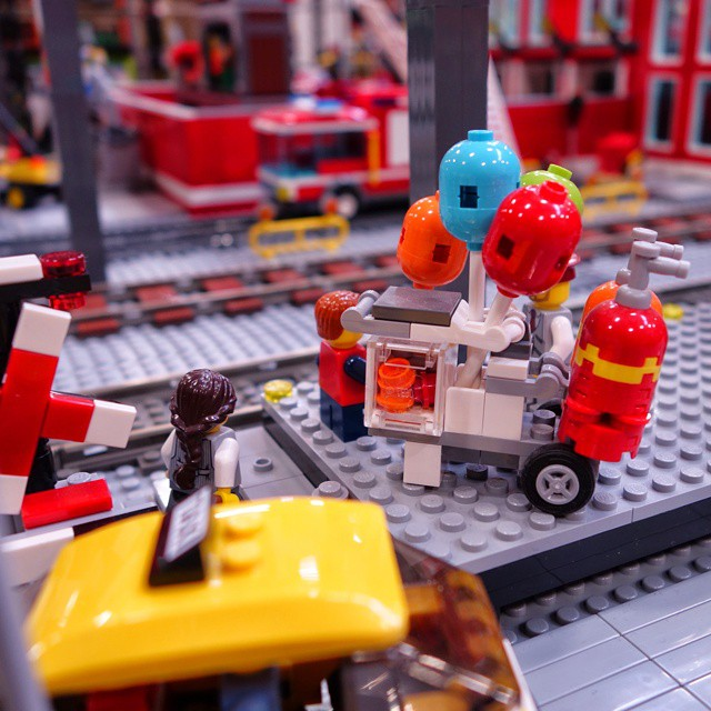 helium balloons for free - you want one? #LEGO #Pokipsie36… | Flickr