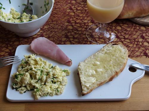 Rührei mit Kochschinken und frischgebackenem Weißbrot
